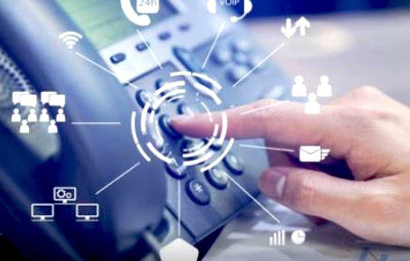 Pour une relation client optimale, les firmes doivent être disponibles 24/7 via des centres d'appels et respecter le RGPD pour la sécurité des données clients.