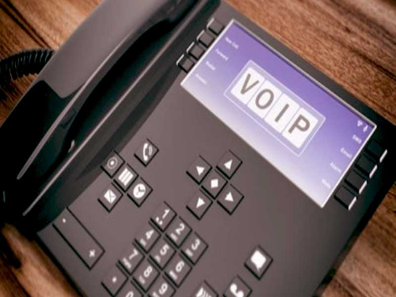 L'intégration de la téléphonie IP ou VoIP au sein d'une entreprise sert à améliorer les communications internes et externes, parmi d'autres avantages.