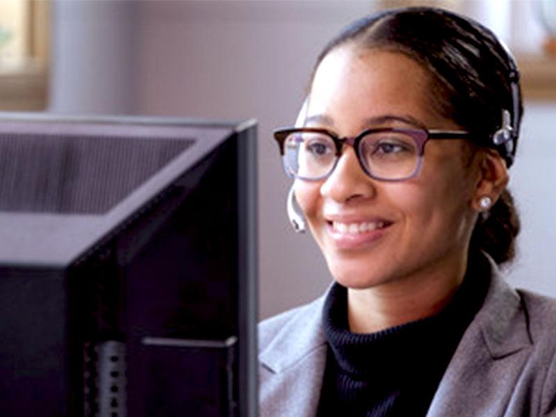 Honneur aujourd'hui à la femme mauricienne qui opère dans milieu de centre d'appels. Malgré les horaires décalés et la pression, elle tient bon.