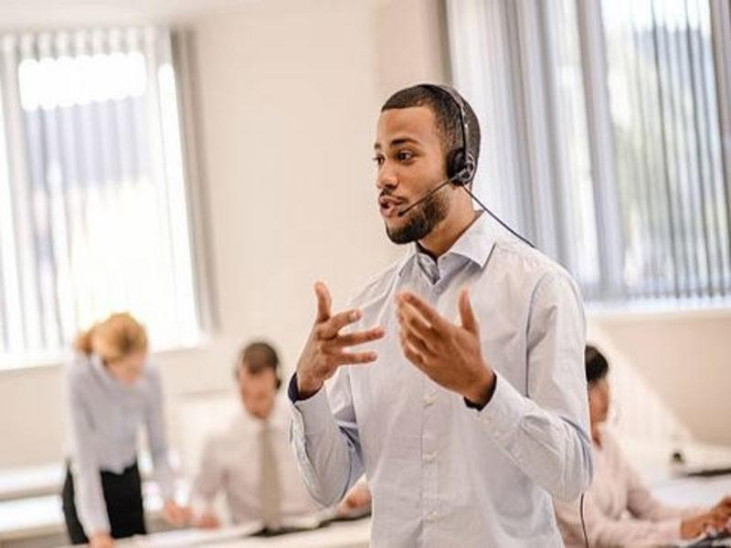 Assister un client implique de cerner ses besoins et de les satisfaire. Or, dans cette tâche les téléconseillers doivent maîtriser l'art de la communication.