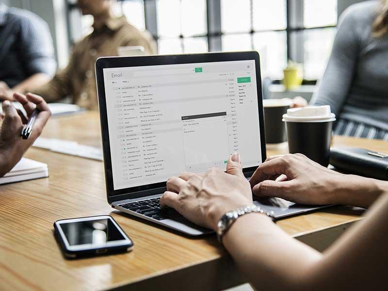 Le mail reste le canal favori des consommateurs après le téléphone. Voici comment booster la performance de votre service client à l'aide du courriel.